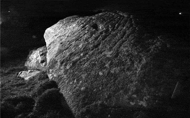 Mondschein bringt unbekannte Gravuren auf Megalithen zum Vorschein
