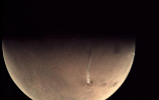 Mars-Webcam VMC zeigt rätselhafte Wolkenfahne über Mars-Vulkan