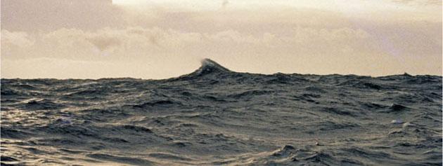 Riesenwelle, die von Deck der RV Cape Henlopen im Nordatlantik aufgenommen wurde.