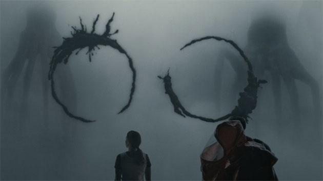 """Szenenbild aus dem Film """"Arrival"""". Zwei Wissenschaftler beim verusch der Kommunikation mit gänzlich fremdartigen Außerirdischen."""
