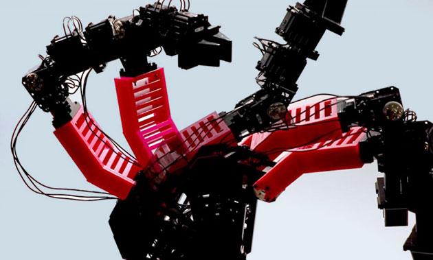 Ein Bild des deformierten Roboterarms in mehreren Posen, während er durch zufällige Bewegung Daten sammelt.