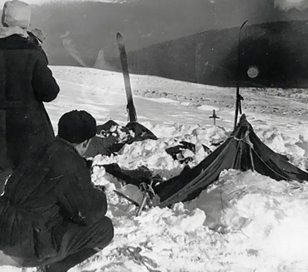 Originalaufnahme des Suchtrupps am stark beschädigten und verlassenen Zelt der Gruppe.