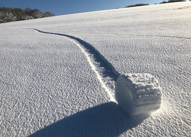 """Einer von sechs """"Snow Rollers"""" in einem schneebedeckten Feld nahe Marlboruough im Frühjahr 2019. Copyright/Quelle: Brian Bayliss / BBC"""