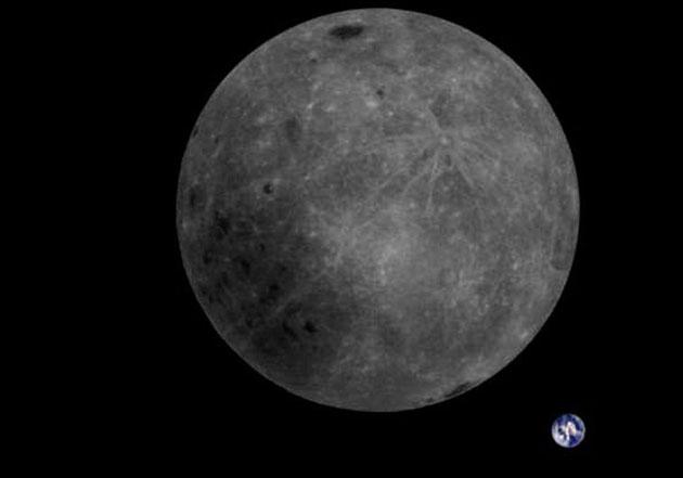 Blick auf die Rückseite des Mondes samt Erdkugel.
