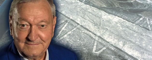 Erich von Däniken vor dem Hintergrund der Nazca-Linien. Copyright/Quelle: Erich von Däniken Stiftung