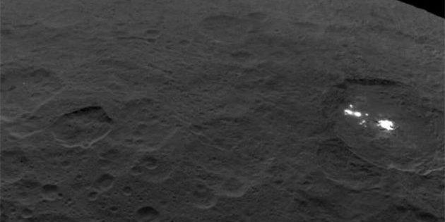 Blick auf die Oberfläche des Zwergplaneten Ceres mit seinen markanten hellen Flecken im Innern des Occazor-Kraters. Copyright: NASA/JPL-Caltech/UCLA/MPS/DLR/IDA