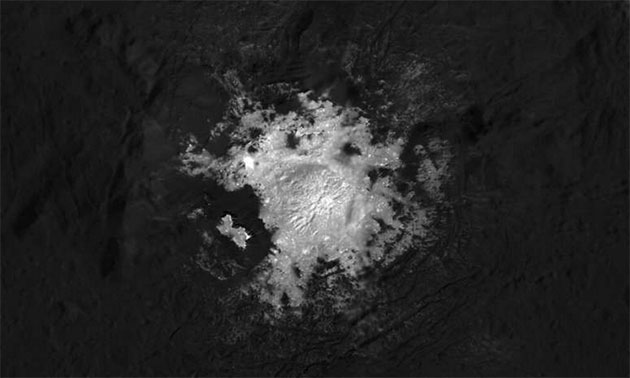 Der zentrale helle Fleck (Cerealia Facula) im Innern des Ceres-Kraters Occator. Copyright: NASA/JPL-Caltech/UCLA/MPS/DLR/IDA/PSI