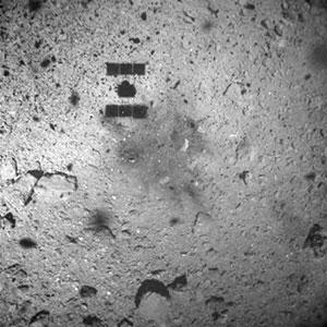 Aufnahme der Asteroidenoberfläche kurz vor der Landung. Copyright: JAXA, University of Tokyo, Kochi University, Rikkyo University, Nagoya University, Chiba Institute of Technology, Meiji University, University of Aizu, AIST.