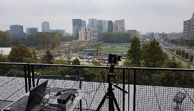 """Das """"TreePol""""-Instrument im Einsatz auf dem Dach der Vrije Universiteit Amsterdam. Hier unterschied das System erfolgreich Kunstrasenflächen von nahen und fernen Bäumen in der Umgebung. Copyright: Lucas Patty, VU Amsterdam"""