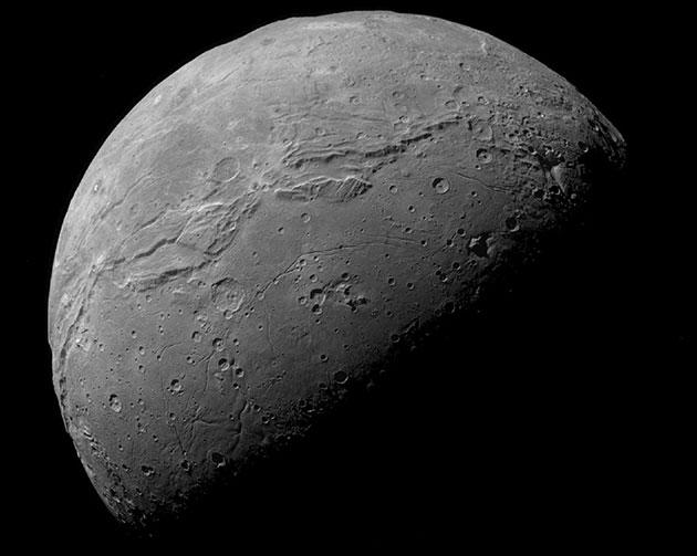 Reste eines einstigen Ozeans bilden Oberfläche des Pluto-Mondes Charon