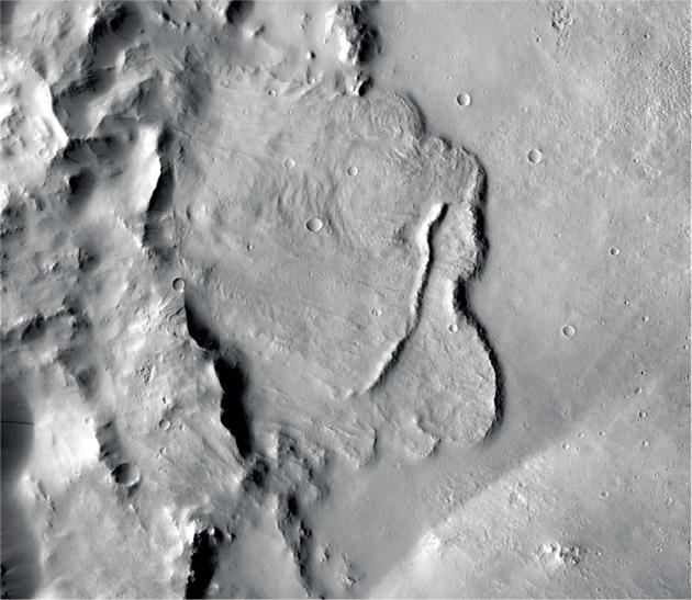 Blick auf den Grund eines tiefen Marskraters mit Anzeichen einstigen Wassers. Erläuterungen dazu finden Sie anhand der folgenden Abbildung. Copyright NASA/JPL-Caltech/MSSS