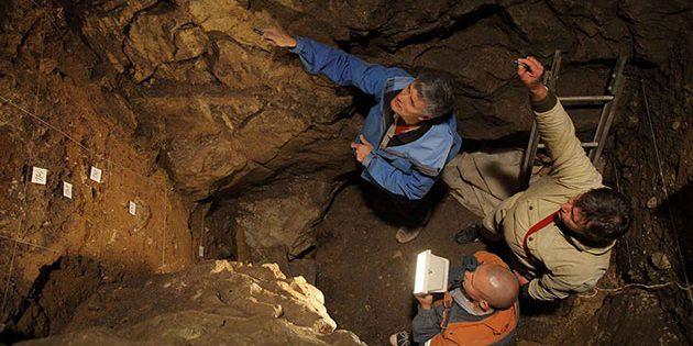 Wissenschaftler bei Ausgrabungen in der Denisova-Höhle. Copyright: IAET SB RAS/Sergei Zelensky