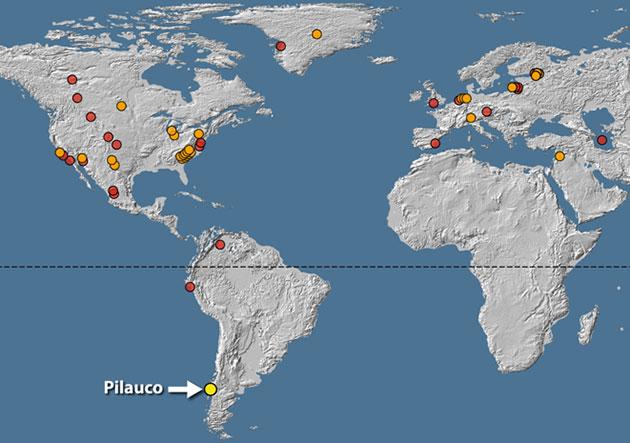 Die Karte weist 53 Orte mit geologischen Hinweisen auf die Jüngere Dryas aus. Orangefarbene Kreise stellen 28 Orte mit einem hohen Anteil an Platinum (Pt) und anderer für Einschläge charakteristischer Elemente und Mineralien, sowie einen hohen Anteil von Eisen-haltigen Sphärulen auf. Rote Kreise markieren 24 Orte mit für Einschläge zwar charakteristischen Elementen, jedoch ohne Pt-Messungen. Der gelbe Kreis markiert Pilauco.Copyright/Quellen: Kennett et al.; 2019 / Nature Scientific Reports