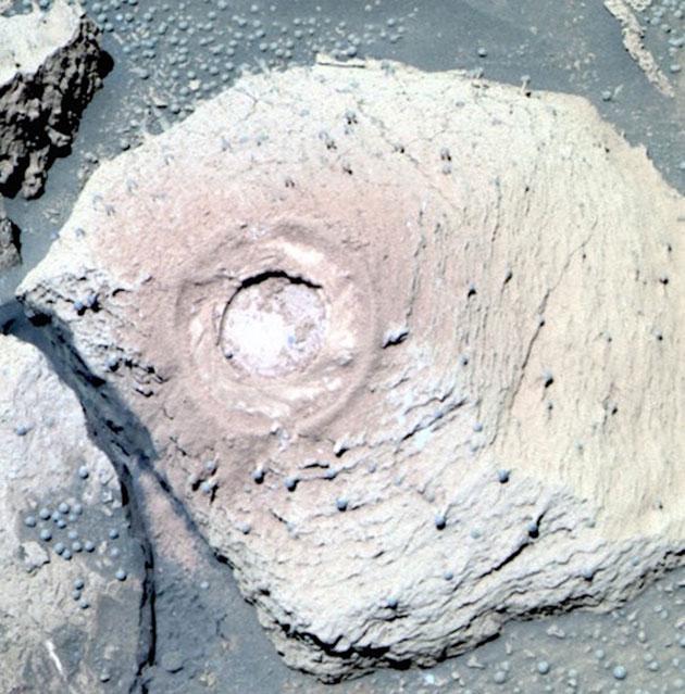 """Aufnahme eines künstlichen Bohrlochs, aufgenommen der linken PanCam des NASA-Mars-Rovers """"Opportunity"""" vom 88. Missionstag (Sol 88). Laut einem aktuellen Artikel stimmt eine Mehrheit hinzugezogener Pilz- und Flechtenexperten, sowie Geomorphologen und Mineralogen darin überein, dass es sich bei diesen 2-6 Millimeter großen, kugelförmigen Strukturen um Flechten handeln könnte. In den Strukturen wollen einige Wissenschaftler Fruchtkörper auf Stängeln und Stielen erkennen. Copyright/Quelle: NASA / Journal of Astrobiology and Space Science Reviews, 1, 40--81, 2019; Joseph et a"""