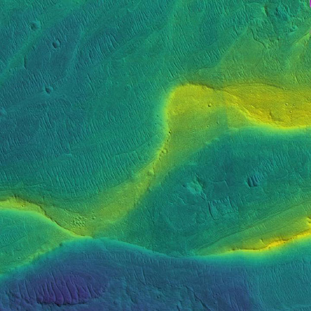 Satellitenaufnahme (Mars Reconnaissance Orbiter) des Flussbettes eines einstigen Marsflusses mit farbkodierter Höhenabbildung des Gelände (blau = niedrig, gelb = hoch). Copyright: NASA/JPL/Univ. Arizona/UChicago