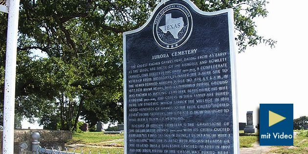 """Eine offizielle Hinweistafel am Friedhof von Aurora, weist diesen als historisch bedeutende Stätte aus – und verweist auch auf die Legende um ein hier im April 1897 abgestürztes """"Raumschiff"""" und dessen, auf dem Friedhof beigesetzten """"Piloten"""". Copyright: Public Domain"""