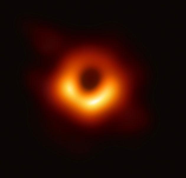 """Das erste Bild des supermassereichen Schwarzen Lochs im Zentrum der Galaxie """"Messier 87"""" ist zugleich die erste direkte Abbildung eines Schwarzen Lochs überhaupt.Klicken Sie auf die Bildmitte, um zu einer vergrößerten Darstellung zu gelangen. Copyright: Event Horizon Telescope"""