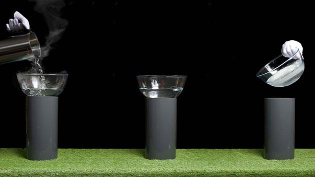 Kochendes Wasser bei Zimmertemperatur ohne Energieaufwand zu Eis erstarren lassen. Mit dem neuen Verfahren wäre diese physikalische Zauberei derzeit zumindest theoretisch möglich (Illu). Copyright: A. Schilling, A.C. Mangham)