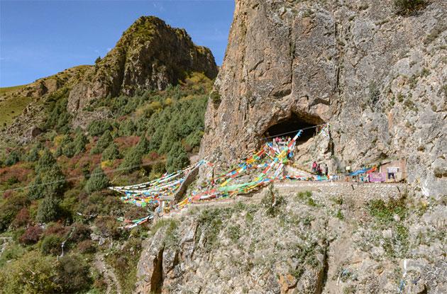 Die Höhle liegt nach Südosten und befindet sich etwa 40 Meter oberhalb des heutigen Jiangla-Flussbettes. Sie ist in der Region als buddhistische Höhle und als beliebte Touristenattraktion bekannt. Copyright: Dongju Zhang, Lanzhou University