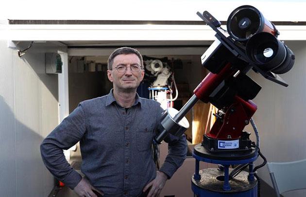 Professor Hakan Kayal neben dem Mondteleskop. Copyright/Quelle: Tobias Greiner / Universität Würzburg