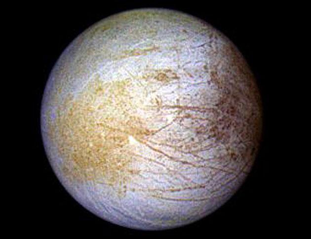 In dieser Galileo-Aufnahme des Jupitermondes Europa zeichnet sich die geologisch chaotische Tara Regio als gelblicher Bereich links der Bildmitte ab. Copyright: NASA/JPL /Universität von Arizona