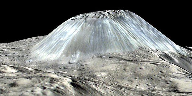 """Perspektivische Ansicht des """"Eisberg"""" Ahuna Mons auf dem Zwergplaneten Ceres. Copyright: NASA/JPL-Caltech/UCLA/MPS/DLR/IDA"""