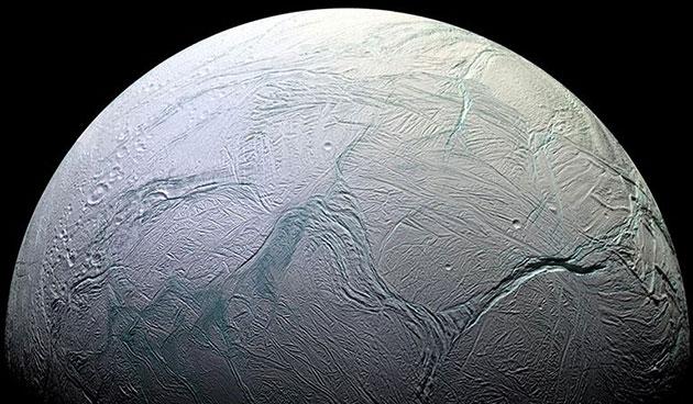 Der Saturnmond Enceladus verbirgt unter seiner kilometerdicken Eiskruste einen Ozean flüssigen Wassers. Copyright: NASA/Caltech