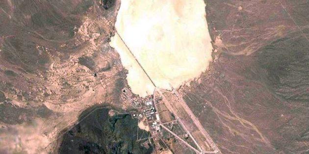 """Satellitenaufnahme des Groom-Lake-Salzsee mitsamt dem Luftwaffenübungsgelände Nellis Range, die auch die """"Area 51"""" beiheimatet. Copyright: NASA/Gemeinfrei"""