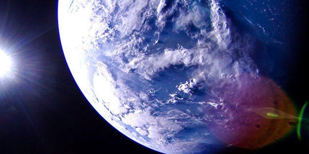 Die Erdkugel am 7. Juli 2019 mit Blick auf die Karibik Richtung Zentralamerika. Norden ist auf dem Bild in etwa oben. Die blau-grüne Färbung rund um die Bahamas ist auf der 1-Uhr-Position zu erkennen. In der unteren rechten Ecke ist eine Linsenreflektion zu sehen. Klicken Sie auf die Bildmitte, um zu einer vergrößerten Darstellung zu gelangen. Copyright: The Planetary Society