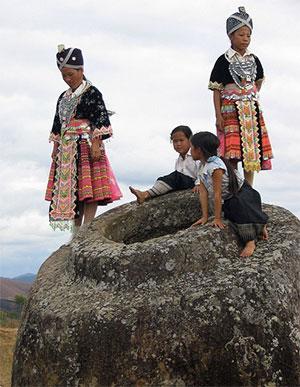 """Mädchen vom Stamme der Hmong auf einen der Steinkrüge der sog. """"Stätte 1"""". Copyright: Oliver Spalt / (via WikimediaCommons) CC BY-SA 2.5"""