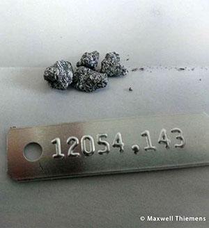 Apollo-Probe 12054: Diese Probe ist ein Ilmenit-Basalt, der während der Apollo 12-Mission gesammelt wurde. Der Stein enthält auf seiner Oberfläche Glas, das durch den Zusammenprall eines anderen Basaltsteins mit einem Meteor dorthin gelangt ist. Proben wie 12054 ermöglichen es uns, die Geschichte des Mondes zu rekonstruieren. Copyright/Quelle: Maxwell Thiemens 2019 / uni-koeln.de