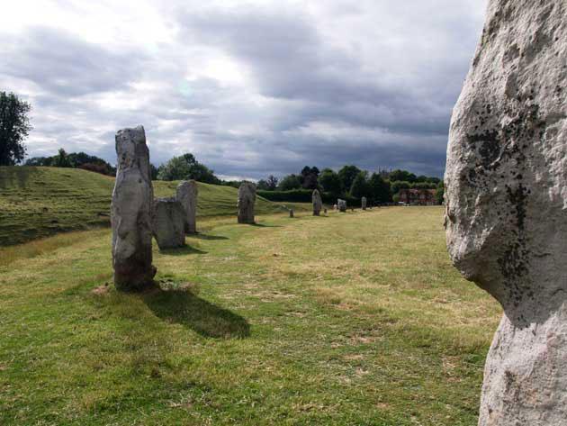 Blick auf die Steine des Hengeheiligtums von Avebury in Wiltshire. Copyright: A. Müller für grenzwissenschaft-aktuell.de