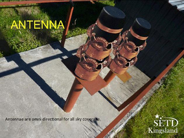 Blick auf das QSC-Antennensystem. Geübte Beobachter erkennen an mehreren Details, dass es auf diesem Bild die Antennenelemente (zudem laienhaft) eingefügt wurden. Warum das so ist, ob es vielleicht lediglich um den Versuch einer Bildverbesserung handelt, ist bislang nicht bekannt. Copyright/Quelle: SETI Kingsland