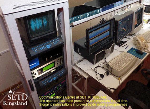 """Blick auf das QSC-Kommunikationszentrum von SETI-Kingsland. In der Bildbeschreibung heißt es: """"Während der Suche muss ein Operateur anwesend sein, um in Echtzeit kommunizieren zu können. Das Signal-Rausch-Verhältnis wird durch Rauschunterdrückung verbessert."""" Copyright/Quelle: SETI Kingsland"""