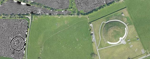 Luftbild der neuen Funde (grau) ganz in der Nähe des imposanten Hügelgrabes von Newgrange. Copyright: ucd.ie