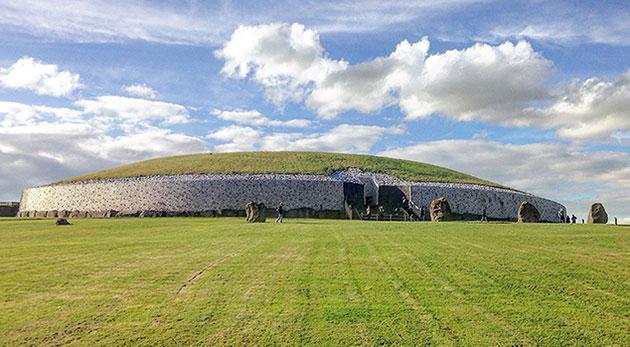 Das imposante Hügelgrab von Newgrange ist älter Stonehenge und die Pyramiden. Copyright: ucd.ie