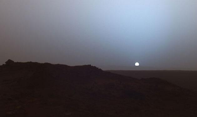 "Symbolbild: Sonnenuntergang auf dem Mars, fotografiert 2005 vom Mars-Rober ""Spiriti"" im Gusev-Krater. Copyright: NASA"