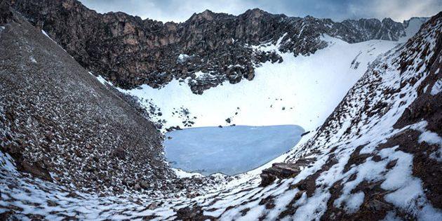 Blick auf den Roopkund-See und die umliegenden Berge auf mehr als 5000 Metern Höhe. Copyright/Quelle: Atish Waghwase / Harney et al.; Nature Communications
