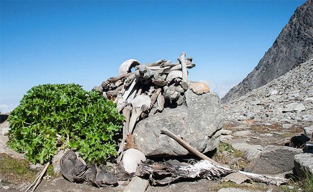 Ansicht menschlicher Überreste am Ufer des Rookund-Sees. Copyright: Schwiki (via WikimediaCommons) / CC BY-SA. 4.0