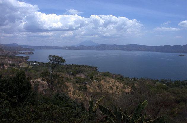 Blick auf die Caldera des Ilopango in El Salvador. Im Hintergrund ist der San-Vicente-Stratovulkan zu sehen. Die hellen Ablagerungen im Vordergrund stammen von der Eruption im Jahre 539. Copyright: Armin Freundt/GEOMAR.