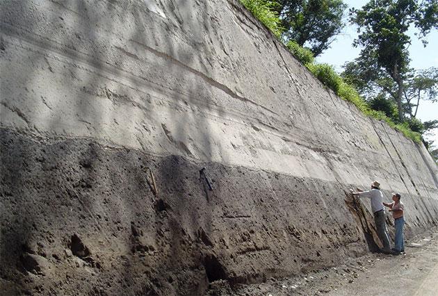 Unterhalb der TBJ-Ablagerungen in El Salvador sind bis heute Pflugspuren der Maya zu erkennen. Doch der Ilopango-Ausbruch 539 hatte nicht nur lokale, sondern auch globale Auswirkungen. Copyright: Steffen Kutterolf/GEOMAR