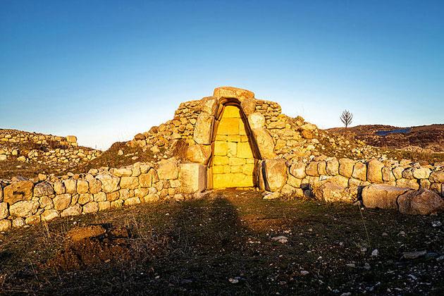 Kammer 1 in der Oberstadt von Ḫattuša wurde so angelegt, dass sie das Licht der Sonne am Tag der Wintersonnenwende einfängt (Foto vom 21. Dezember 2018 Copyright: Luwian Studies.