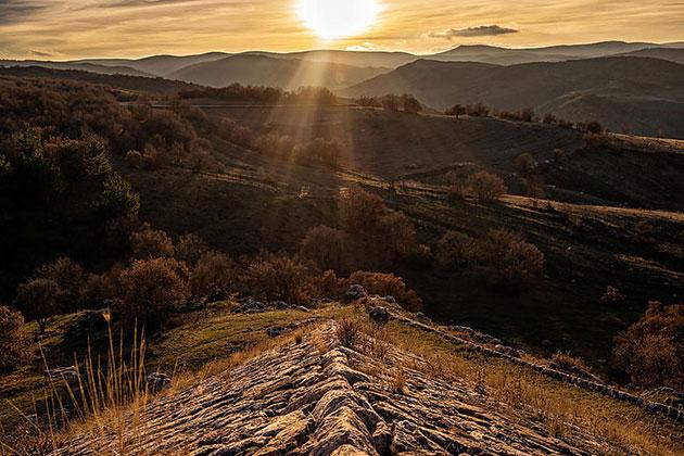 Die südwestliche Ecke der pyramidalen Basis von Yerkapı zeigt auf den Sonnenuntergang zur Wintersonnenwende, Foto vom 21. Dezember 2018. Copyright: Luwian Studies