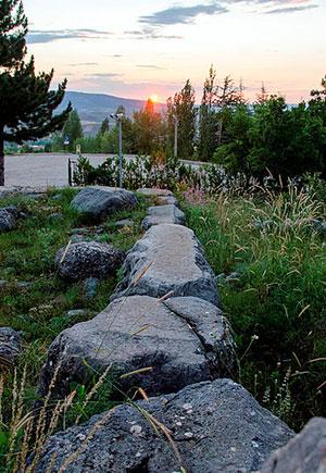 Ausrichtung der Nordwand des Torbaus auf den Sonnenuntergang zur Sommersonnenwende. Foto aufgenommen am 21. Juni 2015 Copyright: Luwian Studies