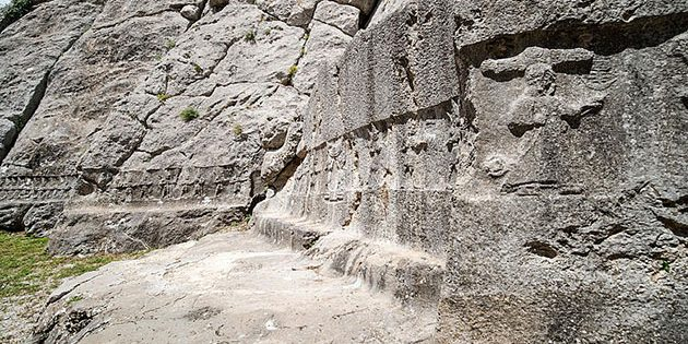 Wand an der westlichen Innenseite von Kammer A mit 12 identischen Göttern (Reliefs 1–12) ganz links und Relief 34, dem Sonnengott des Himmels, rechts. Copyright: Luwian Studies