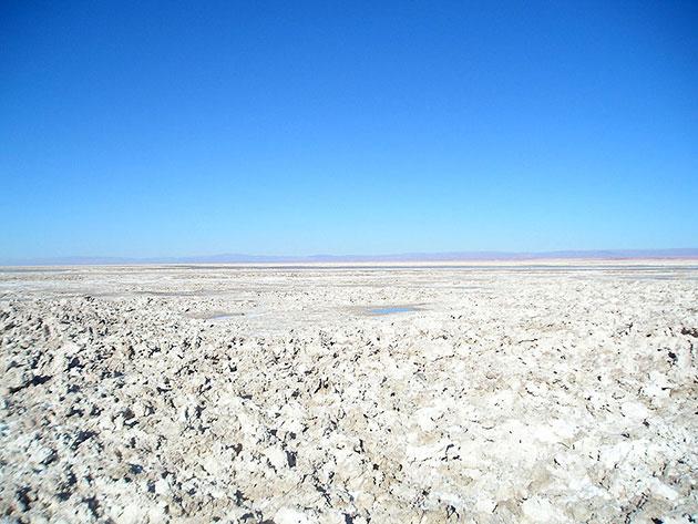 Blick in einer der zahlreichen Salzwüsten der Atacama. Copyright: Heretiq (via WikimediaCommons) / CC BY-SA 2,5