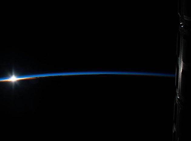 Die ersten Sonnenstrahlen offenbaren die blau-schimmernde Atmosphäre über Indonesien aus Sicht der Internationalen Raumstation (ISS). Copyright: NASA
