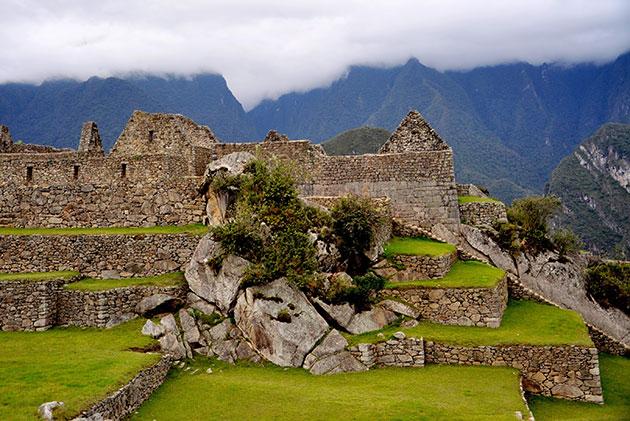 Natürliche Aufbrüche sind immer wieder in die Gesamtarchitektur von Machu Pichu integriert. Copyright/Quelle: Rualdo Menegat / geosociety.org