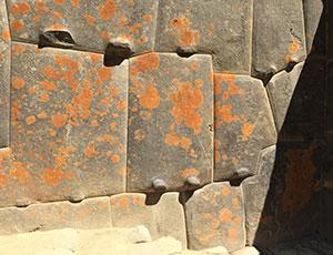 Das beeindruckend unregelmäßige aber perfekt ineinandergreifende Mauerwerk von Machu Pichu. Copyright: Terri Cook and Lon Abbott / geosociety.org