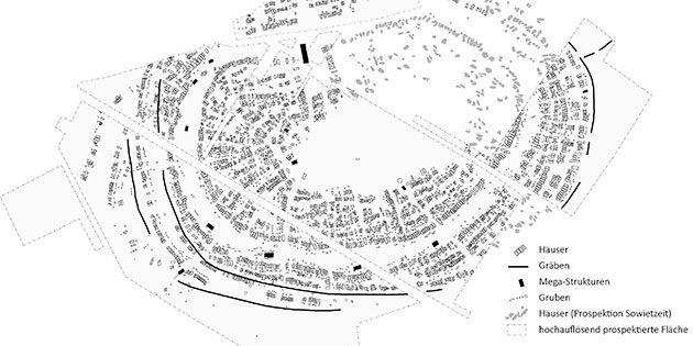 Archäomagentischer Plan der Tripolye-Siedlung Maidanetske (Ukraine) aus der Zeit zwischen ca. 3950 und 3650 v. Chr. Ca. 3000 Häuser und zugehörige Gruben waren in konzentrischen Reihen um einen leeren Platz gruppiert und von einem Graben umgeben. Die kupferzeitlichen Versammlungshäuser (schwarz) sind in regelmäßigen Abständen an unterschiedlichen Stellen im öffentlichen Raum der Siedlung platziert. Copyright/Quelle: Umzeichnung René Ohlrau, Institut für Ur- und Frühgeschichte, Christian-Albrechts-Universität zu Kiel